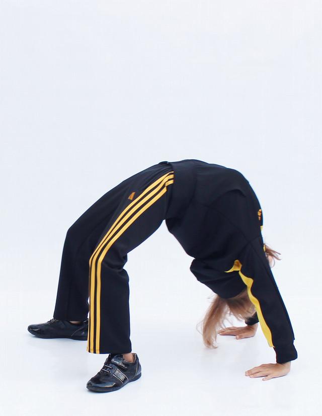 спортивный костюм для девочек и мальчиков - желтый верх - гимнастический мостик - фото teens.ua