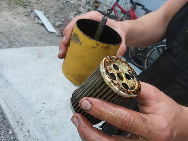 На фото видно грязь во вставке топливного фильтра