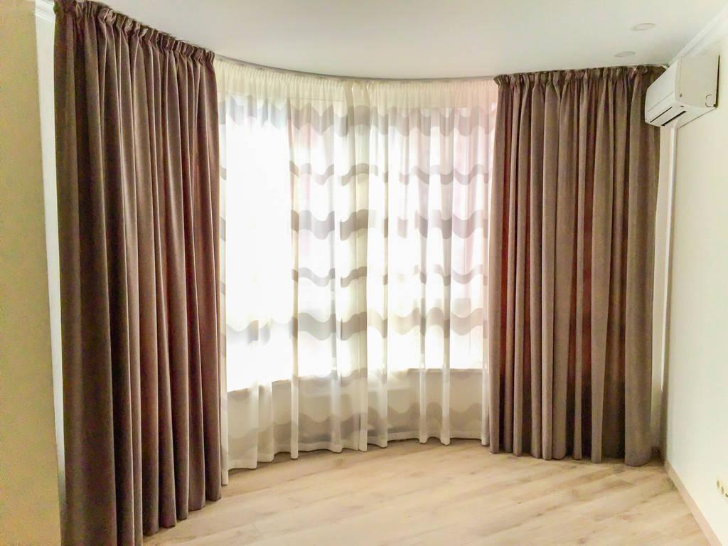 Традиционные длинные шторы.