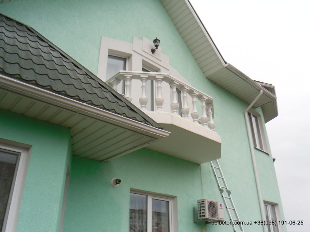 Белая балюстрада на балконе