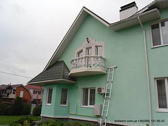 Готовая балюстрада на балконе второго этажа