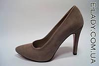 Замшевые туфли на устойчивой шпильке серого цвета