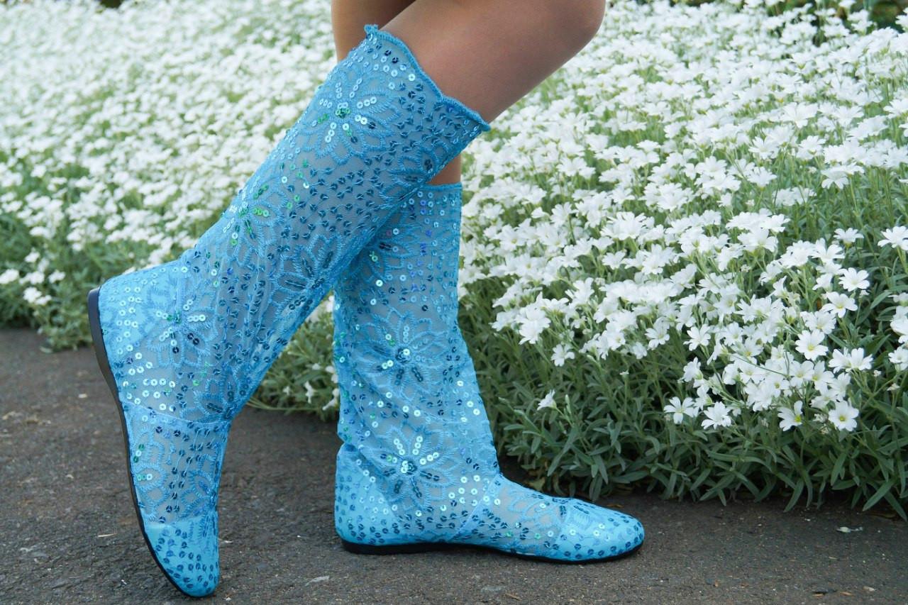 Модные кружевные летние голубые сапожки