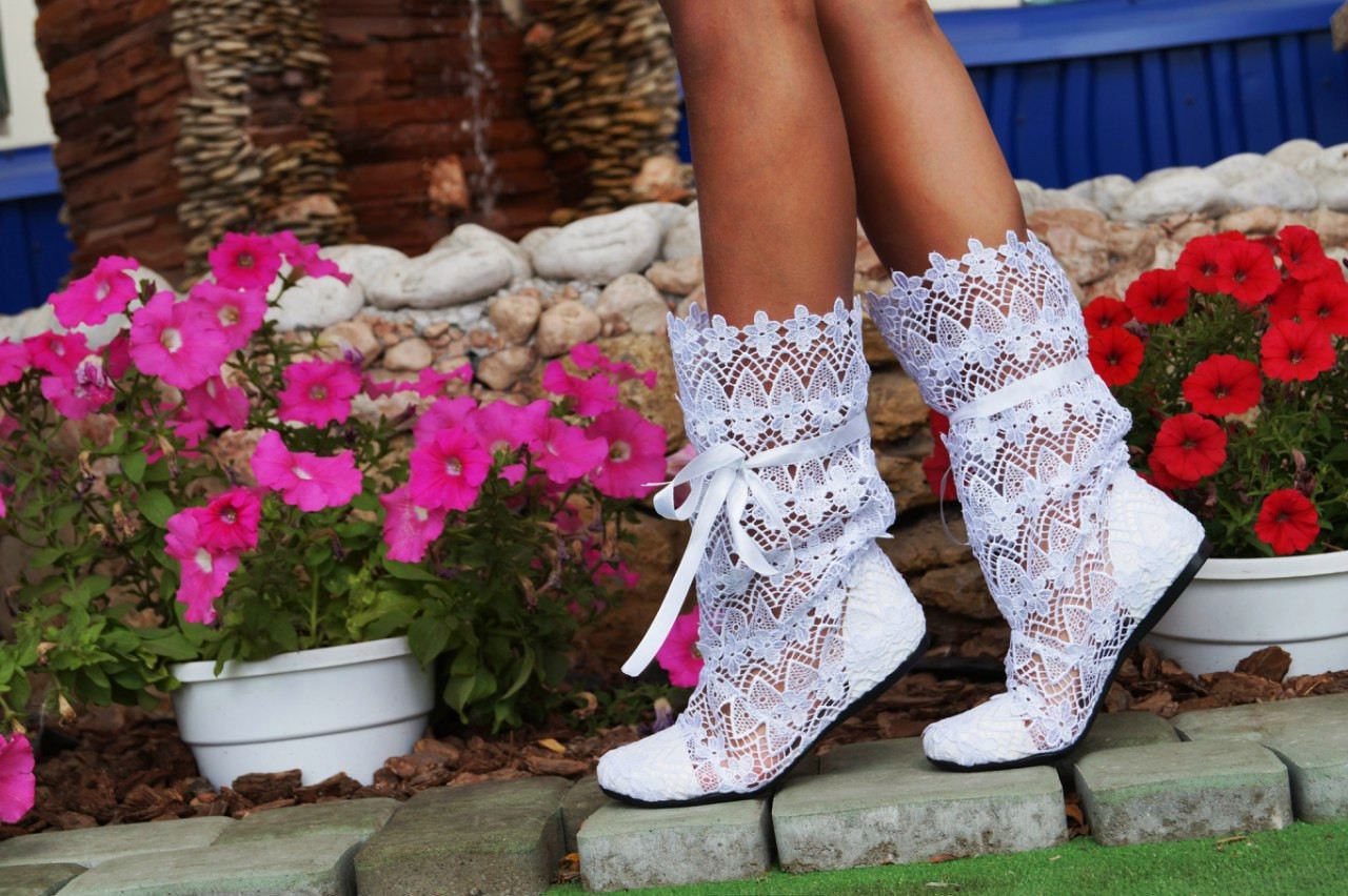 Модные кружевные летние белые сапожки