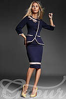 Темно-синий женский костюм: жакет и юбка.