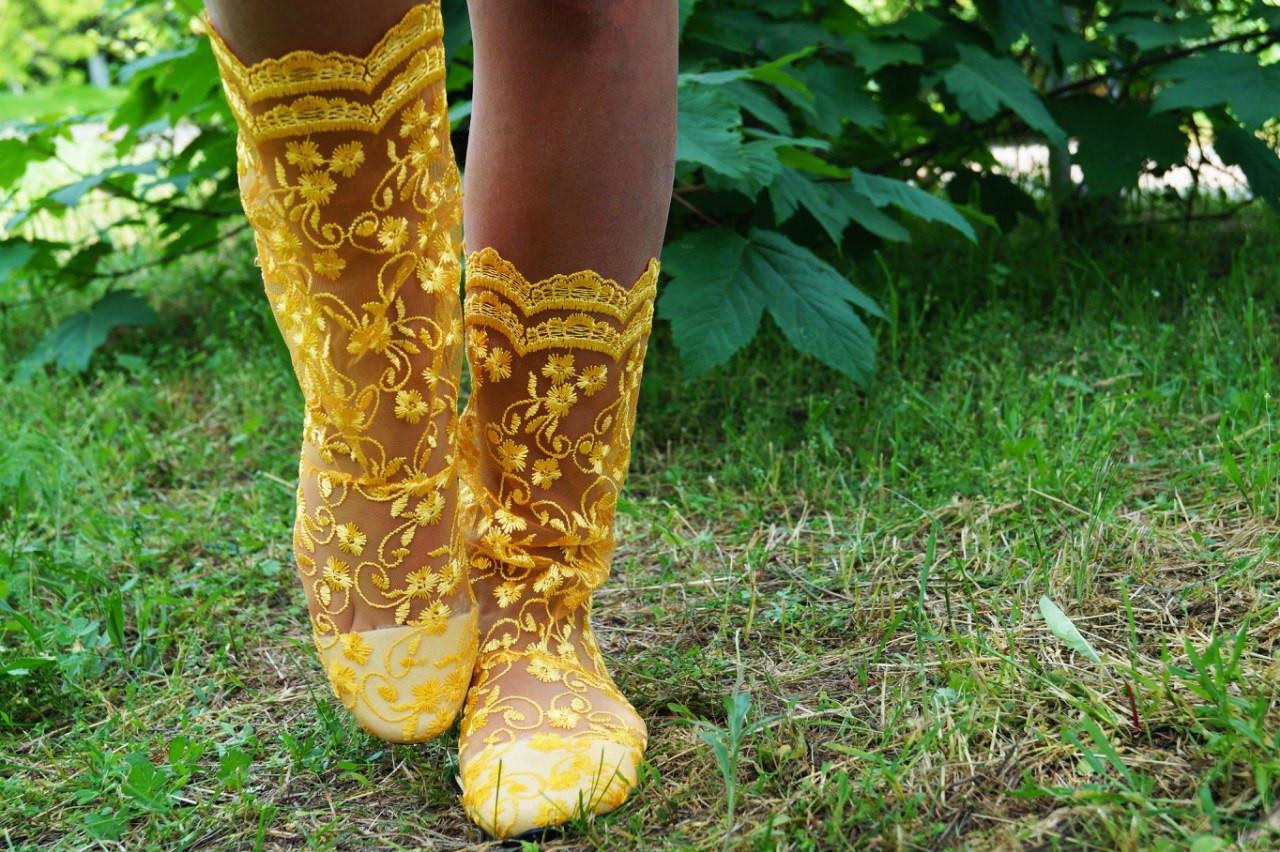 Модные кружевные летние желтые сапожки
