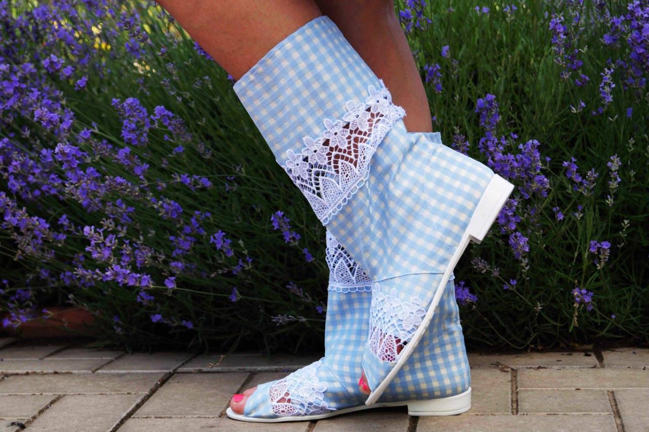 Стильные голубые сапожки с открытым носком