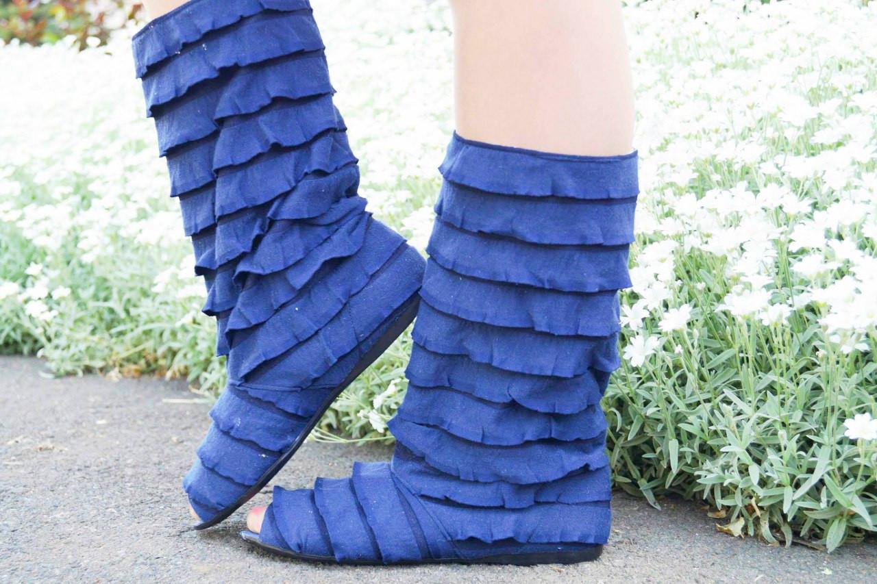 Стильные синие кружевные сапожки с рюшами и открытым носком