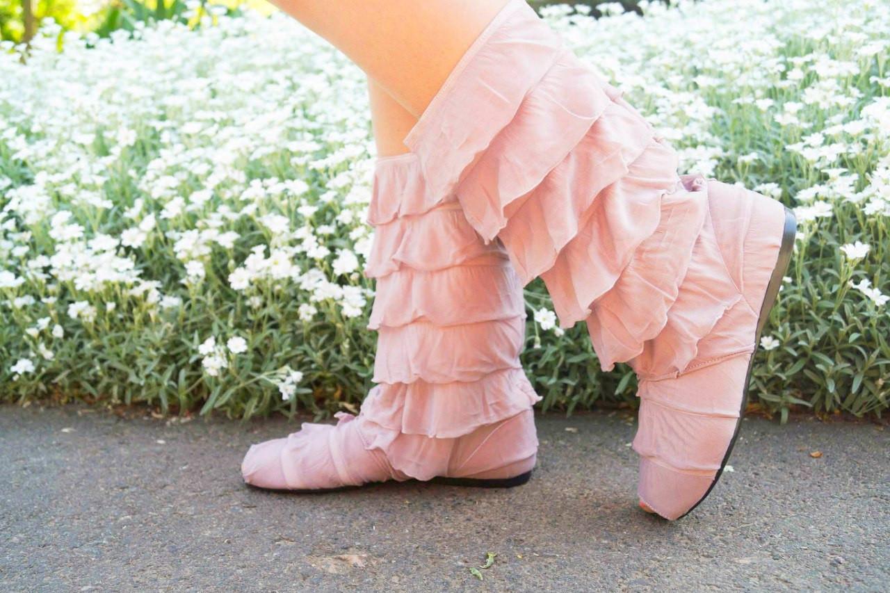 Стильные бежевые кружевные сапожки с рюшами и открытым носком
