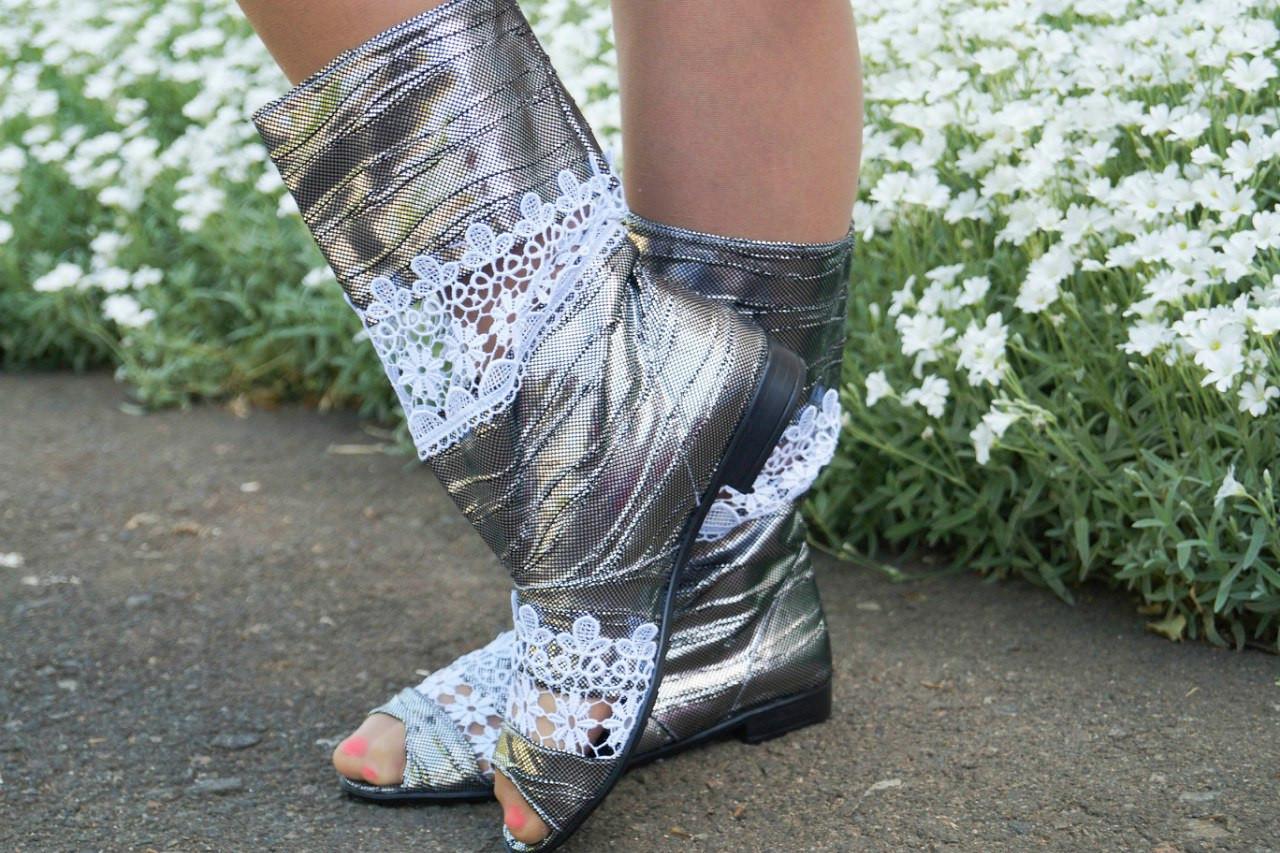 Стильные серебристые кружевные сапожки с открытым носком