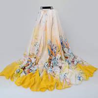 Красивый женский шарф с цветочным принтом желтого цвета