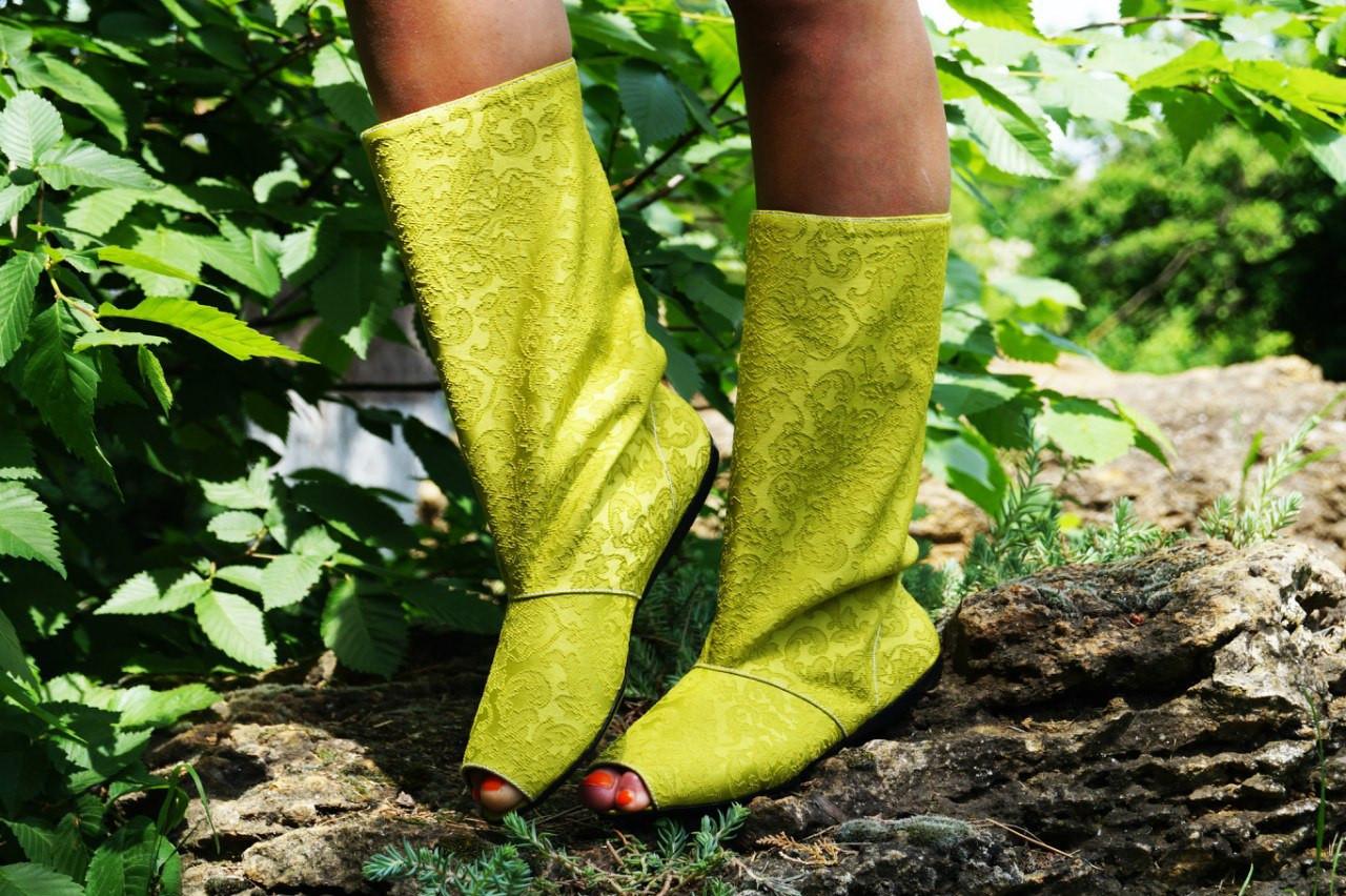 Стильные сапожки желтые с открытым носком