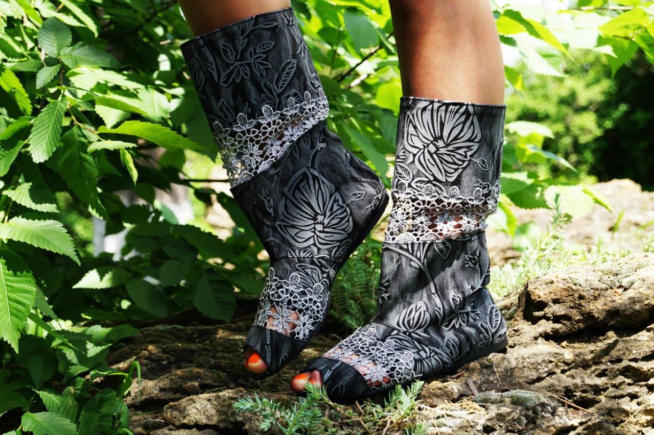 Стильные сапожки серые с открытым носком