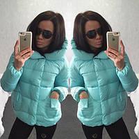 Короткая женская куртка с воротником и оригинальными накладными карманами