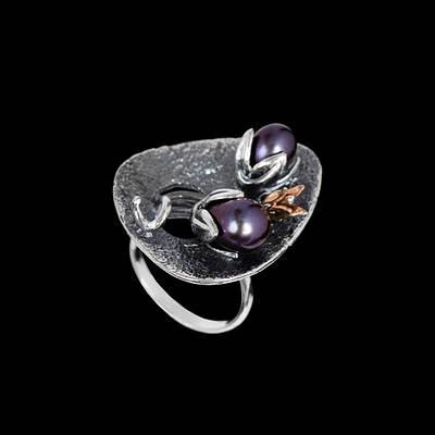 Серебряное кольцо с черным жемчугом Тюльпан