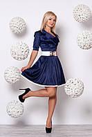 Нарядное платье с пышной юбкой в складку, декорировано белым кружевом