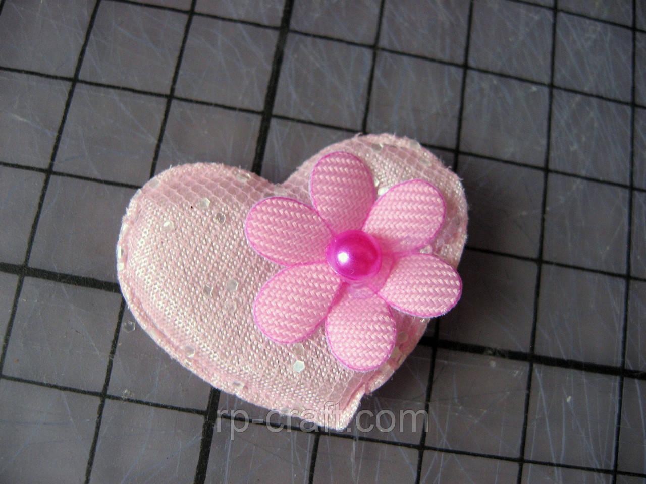 Аппликация из ткани. Сердце с цветочком, светло-розовое