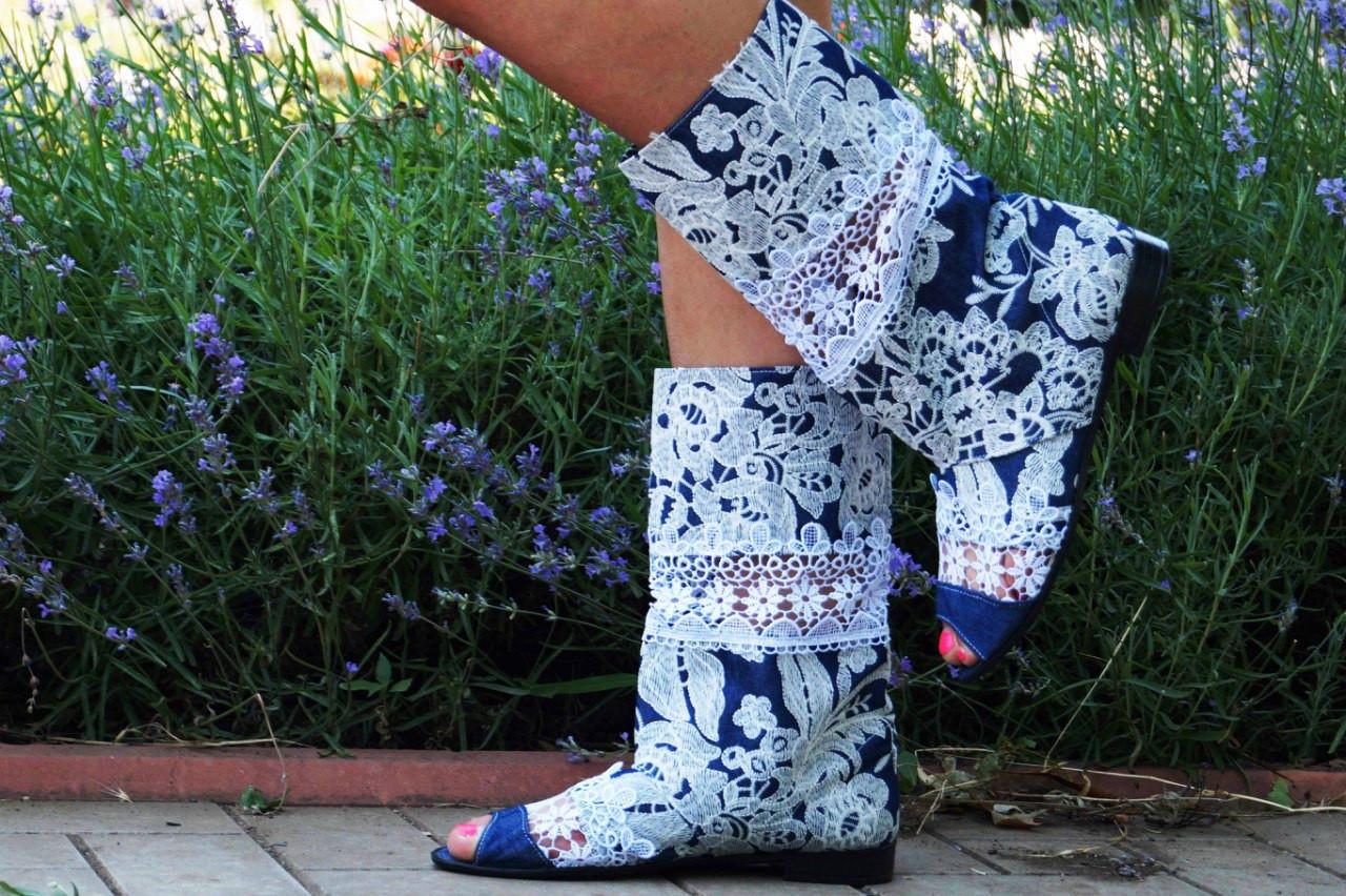 Стильные синие сапожки с открытым носком