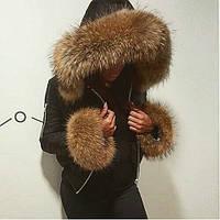 Куртка короткая с меховой отделкой на рукавах и воротнике из енота