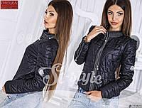 Стильная осенняя женская курточка, украшена декоративными молниями, черная
