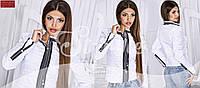 Стильная осенняя женская курточка, украшена декоративными молниями, белая