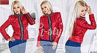 Стильная осенняя женская курточка, украшена декоративными молниями, красная