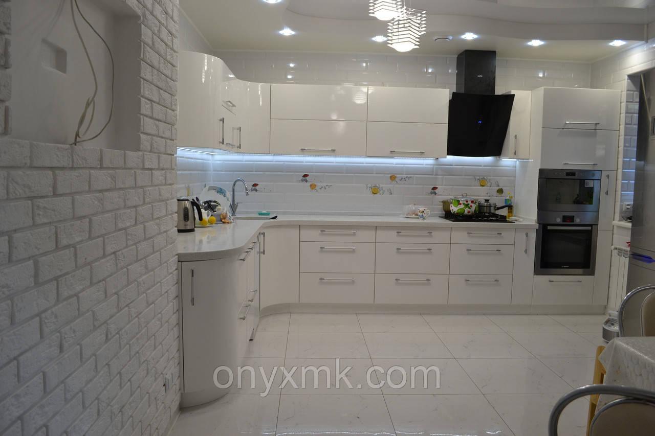 Стильная угловая кухня с радиусными элементами
