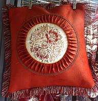 Декоративная наволочка с бахромой и вышитым рисунком красная