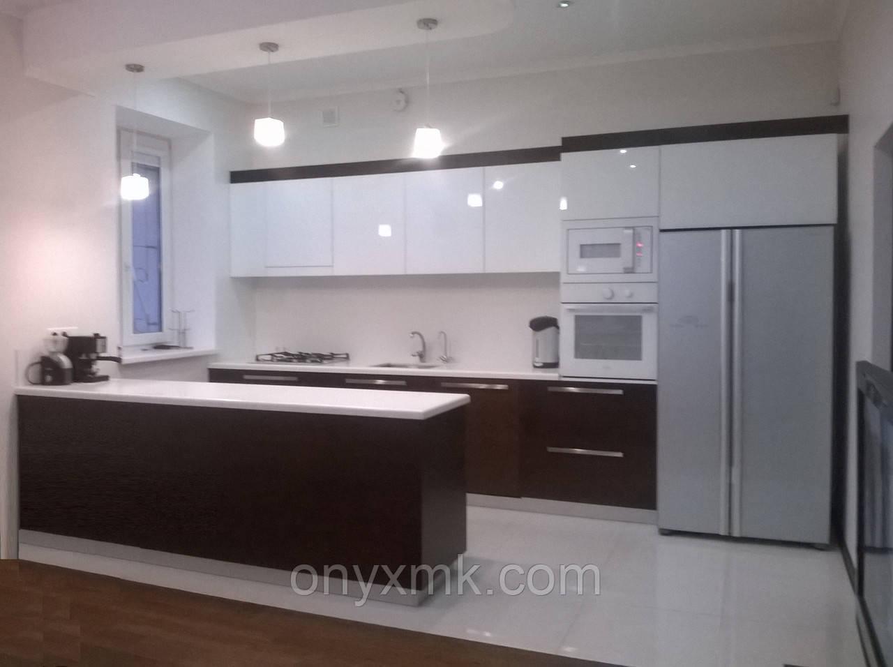 """Кухня с островом в частном доме """"дерево и стекло"""""""