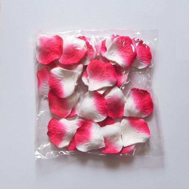 Лепестки роз искусственные (бело-красные) 600 шт