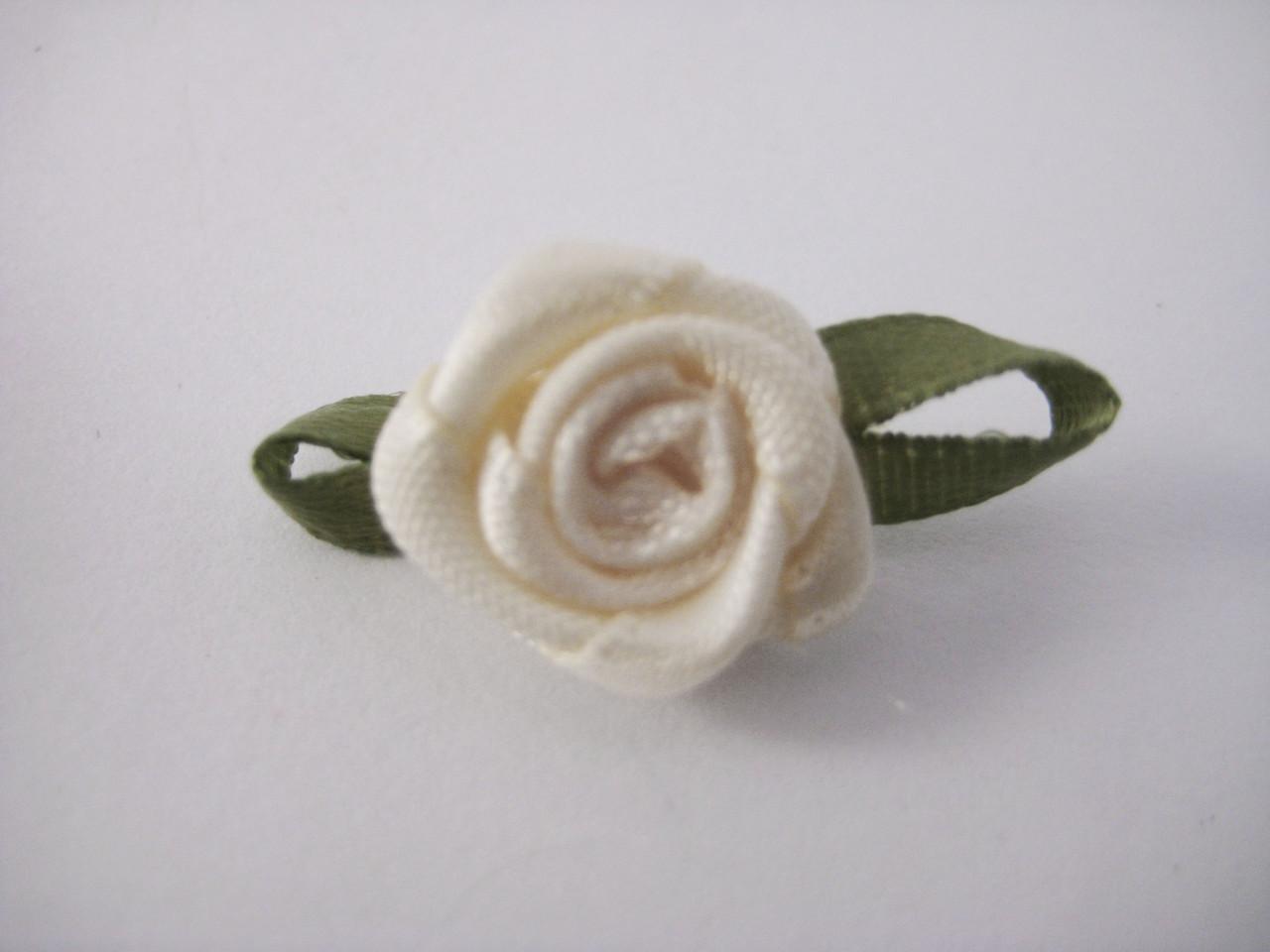 Цветок Роза бежевая с листочками