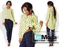 Модный женский костюм из рубашки с принтом с удлиненной спинкой и приталенных брюк салатовый