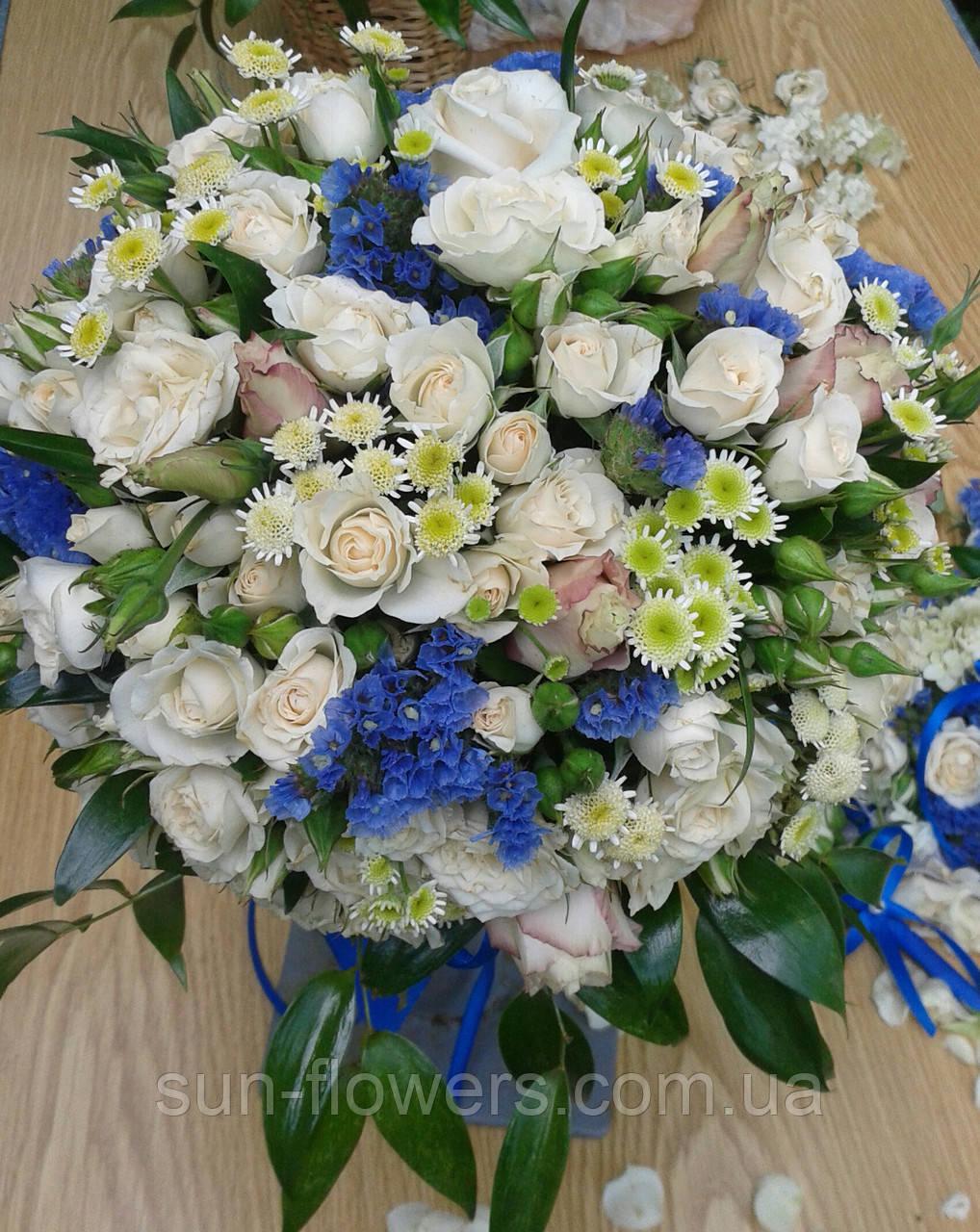 Весільний букет з синіми квітами і трояндою