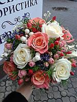 Свадебный букет из розы и мелких ярких цветов