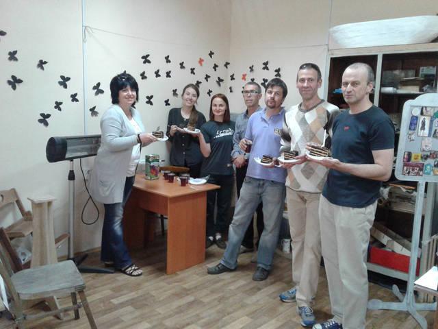 Команда Dream Team . Торжественное поедание торта по случаю сдачи заказа