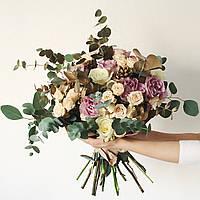 Свадебный букет-растрепыш из роз и эвкалипта