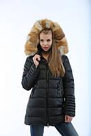 Зимний стильный женский пуховик К-25 удлиненный с капюшоном и натуральной опушкой из меха лисы.