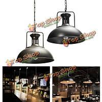 Старинные промышленные подвесные потолки железа висит светильник абажур люстры внутреннее освещение