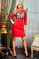 Красное платье украшено паетками