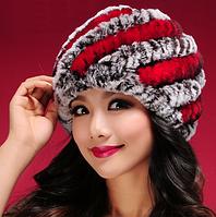 Женская шапка из меха кролика рекс серая с красными полосками
