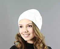 Красивая женская шапочка белого цвета
