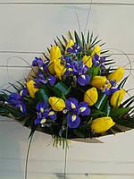 """Букет с ирисами и тюльпанами """"Весеннее небо"""""""