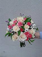 Свадебный букет из персиковых и малиновых роз