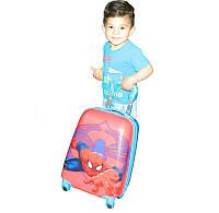 Детский пластиковый чемодан на четырёх колёсах