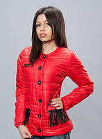 Яркая демисезонная женская куртка красного цвета