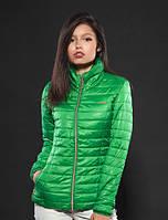 Яркая утепленная женская куртка зеленого цвета