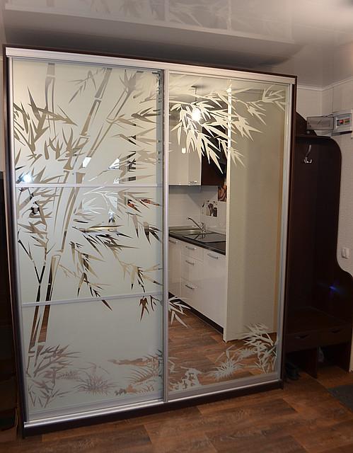 Шкаф-купе с пескоструйной обработкой по зеркалу