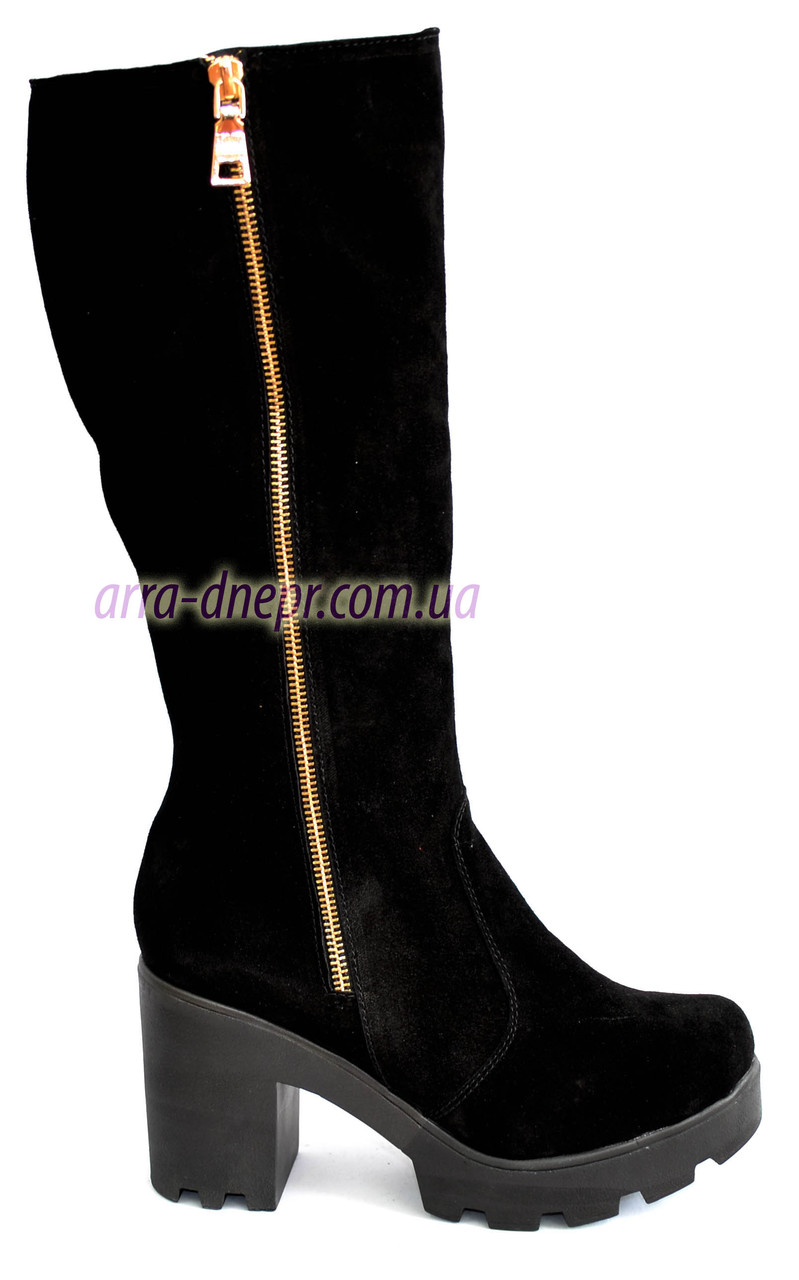Замшевые женские демисезонные сапоги на устойчивом каблуке, декорированы молнией