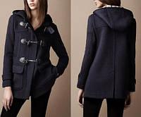 Короткое кашемировое пальто с капюшоном и оригинальными застежками