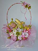 Букет из вещей для новорожденного с куклой бабочкой и косметикой